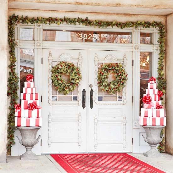 puertas-adornadas-de-navidad-con-material-reciclable